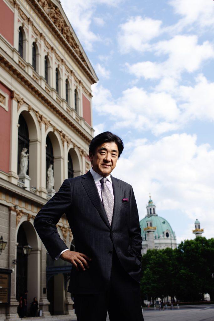 Yutaka Sado vor dem Musikverein Wien