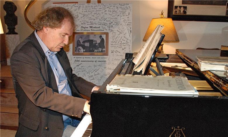 Stefan Mickisch am Klavier in seiner Villa in Schwandorf