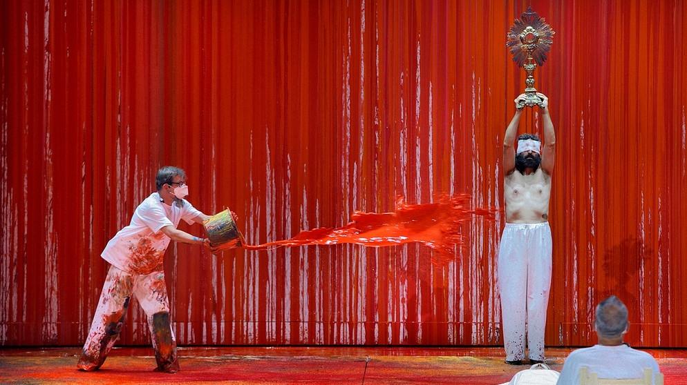 Schüttaktion von Hermann Nitsch während der Premiere von Die Walküre in Bayreuth