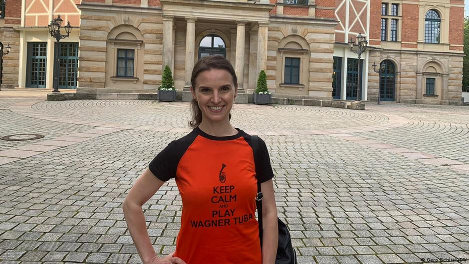 Oksana Lyniv vor dem Festspielhaus in Bayreuth